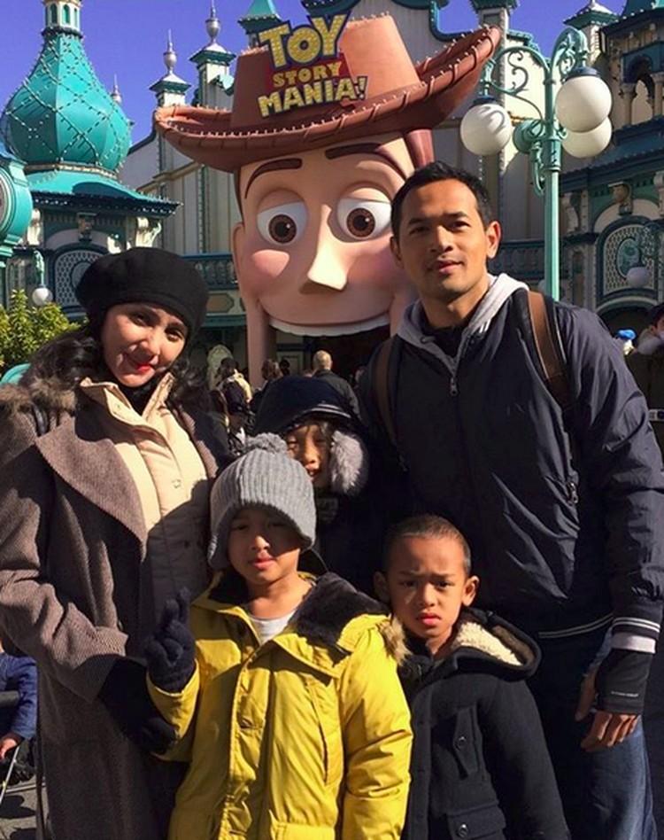Oka Antara dan istrinya Rara Wiritanaya menyebut liburan mereka sebagai #AntarasJapanTrip. (Foto: Instagram/ @oks_antara)