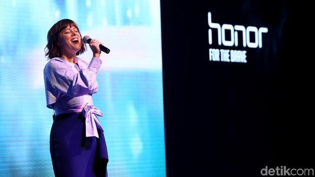 Alasan Lenka Bikin Lagu 'We Are the Brave' untuk Ponsel Honor