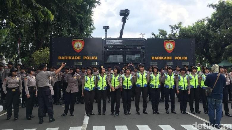 Driver Ojol Demo di Dekat Istana, Kawat Berduri Dipasang
