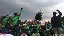 Aksi Kepal Tangan Driver Ojol di Depan Istana