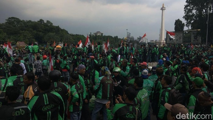 Driver ojek online melakukan long march menuju Istana. Foto: Indra Komara/detikcom