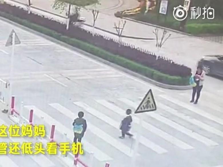Emaknya Asik Main HP, Anak Ini Tertabrak Mobil saat Nyebrang Foto: Pool (Medium.com)