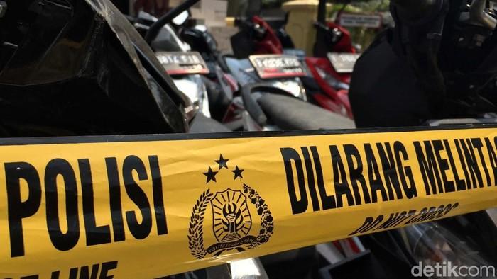 Dua pelaku pencurian sepeda motor dan enam orang penadah diringkus Polsek Metro Setiabudi. Dua pelaku tersebut terpaksa ditembak polisi karena melawan.
