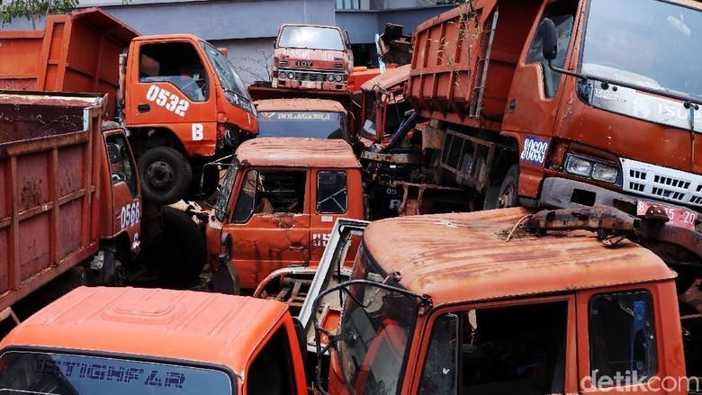 Bangkai Truk Sampah Numpuk di Kantor Sudin LH Jakbar
