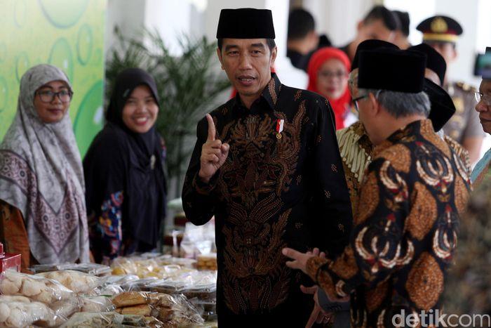 Sebelum membuka acara pertemuan silaturahmi Bank Wakaf Mikro, Presiden Joko Widodo (Jokowi) sempat mendatangi beberapa produk yang dijual para nasabah.
