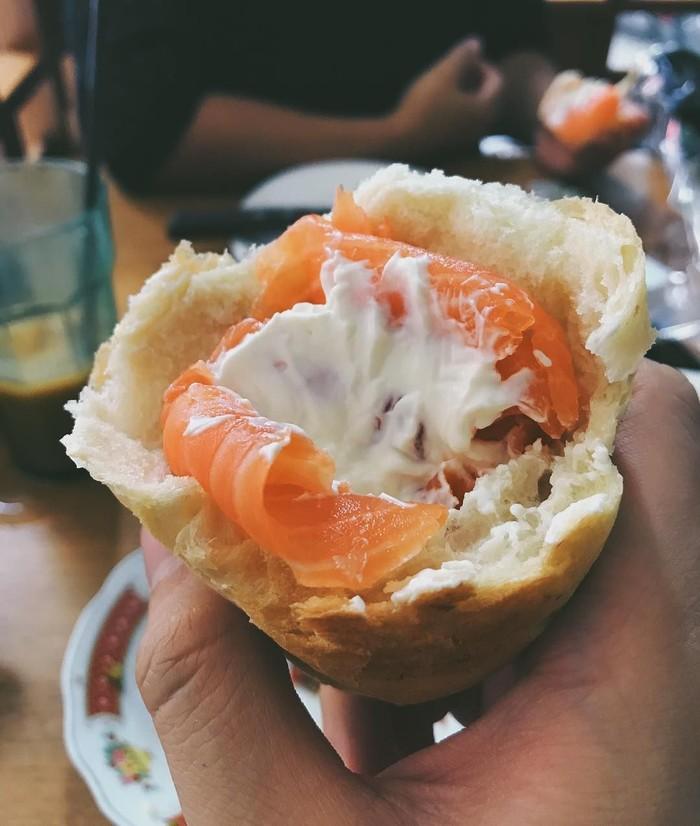Wah, roti dengan cream cheese dan smoked salmon ini jadi menu makan siang Morgan. Mewah ya? Foto: Instagram morganoey