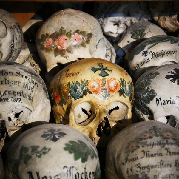 Pada tahun 1720, mulailah tradisi melukis tengkorak. Tengkorak tersebut di beri simbol sebagai tanda cinta, nama dan tanggal lahir. Sehingga para keluarga bisa mengingat leluhur mereka. (anniilein_93/Instagram)