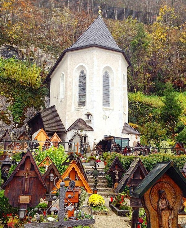 Pada tahun 1700-an, gereja mulai kehabisan tempat untuk makam baru. Akhirnya, disepakati menimpa kuburan tua yang berusia 10-15 tahun. Tengkorak di dalam kubur lama dipindahkan ke dalam Charnel House alias Beinhaus Hallstatt. (nels_hads/Instagram)