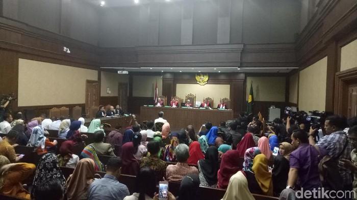 Hakim Perintahkan Jaksa Buka Blokir Tanah Dan Rekening Nur Alam
