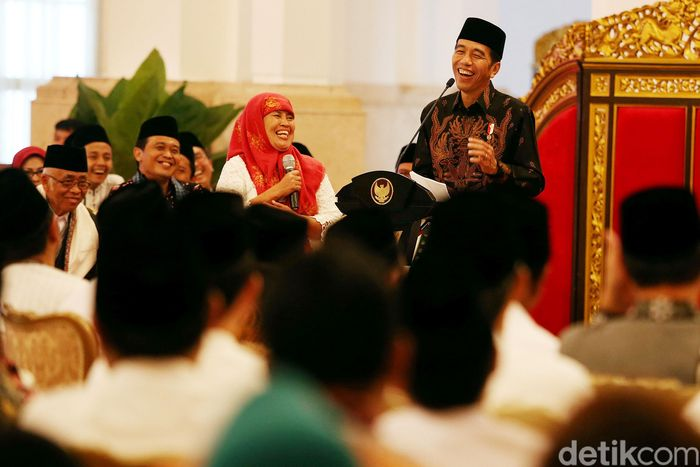 Usai memberikan arahan pada rapat kerja pemerintah dan dewan perwakilan rakyat daerah (DPRD), Presiden Joko widodo (Jokowi) menerima 300 orang perwakilan dari pesantren dan pengurus Bank Wakaf Mikro.
