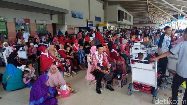 Jemaah umrah Abu Tours menunggu berjam-jam di Bandara Sultan Hasanuddin, Makassar, Rabu (28/3/2018)