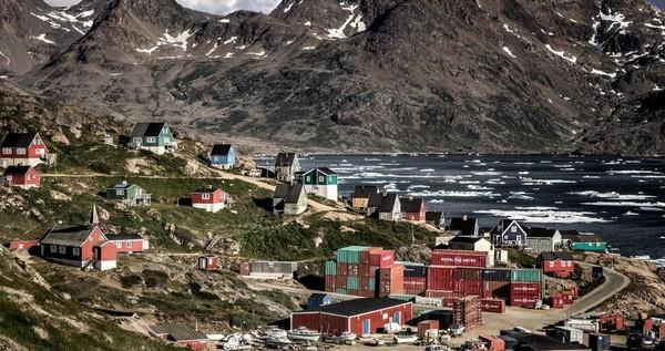 Inilah Kota Tasiilaq yang penduduknya sekitar 2.000-an jiwa. Menuju Tasiilaq, dapat ditempuh naik pesawat selama 1 jam 40 menit dari Nuuk, ibukota negara Greenland. Atau dengan waktu tempuh yang sama, dari Kota Reykjavik di Islandia (Visit Greenland)