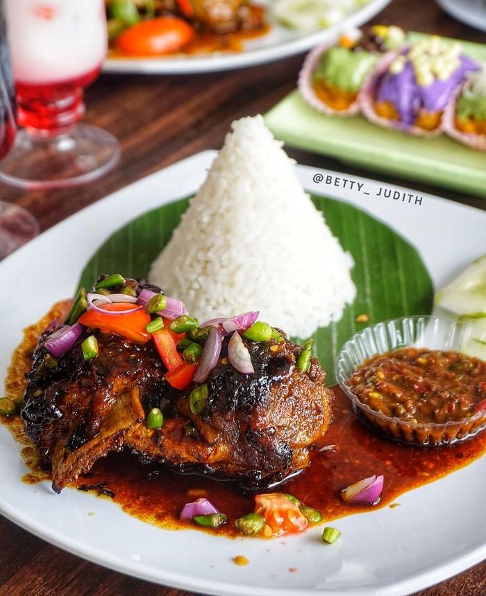 Iga penyet merupakan olahan iga khas Surabaya yang populer. Sebelum digoreng, iga diungkep dengan aneka bumbu dan rempah. Seperti milik @betty_judith. Foto: Instagram