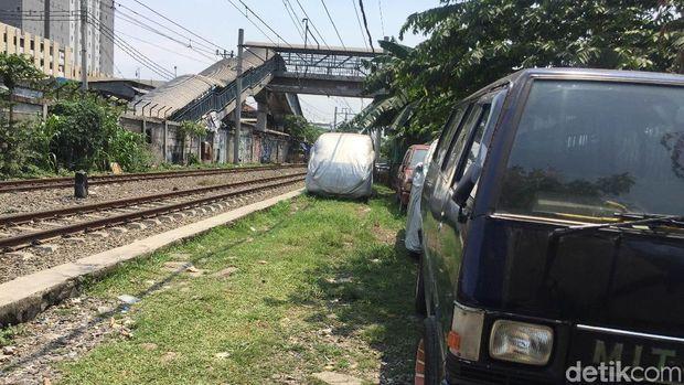 Penampakan mobil parkir di pinggir rel daerah Pademangan