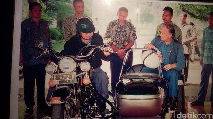 Presiden ketiga BJ Habibie punya kenangan tersendiri soal hobinya menggeber motor. Foto: Fida/Detikcom