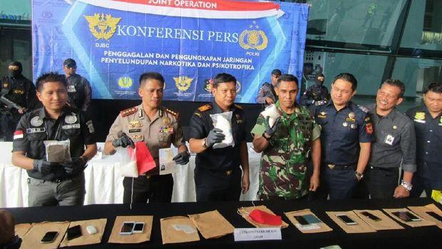 Polisi-Bea Cukai Bandara Soekarno Hatta rilis barang bukti