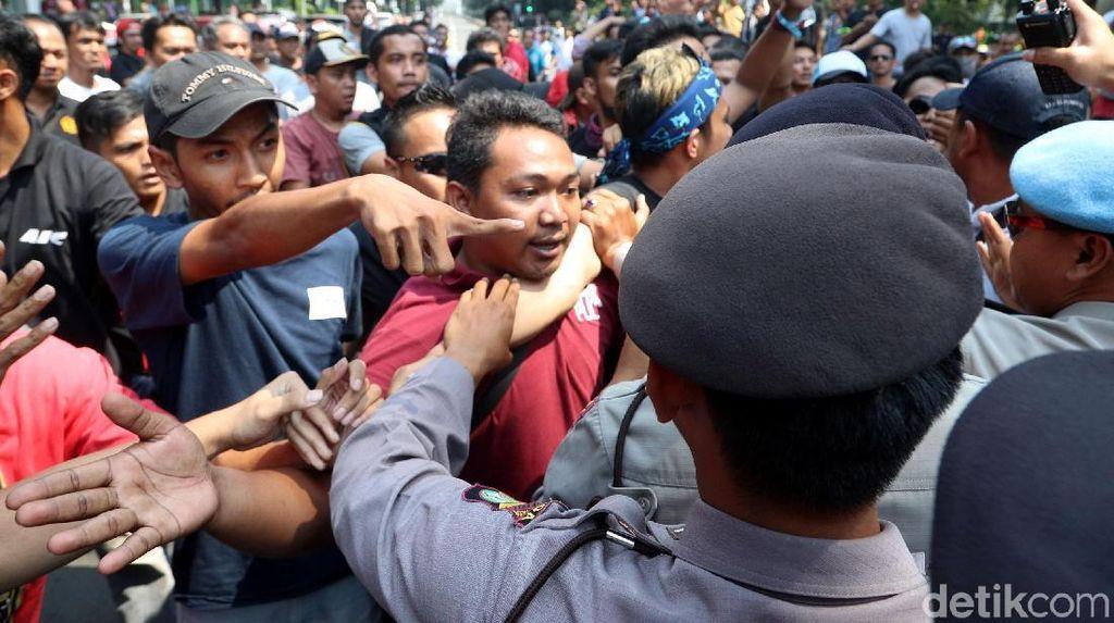 Suasana Tegang Saat Polisi Jaga Demo Aliando di Dekat Istana