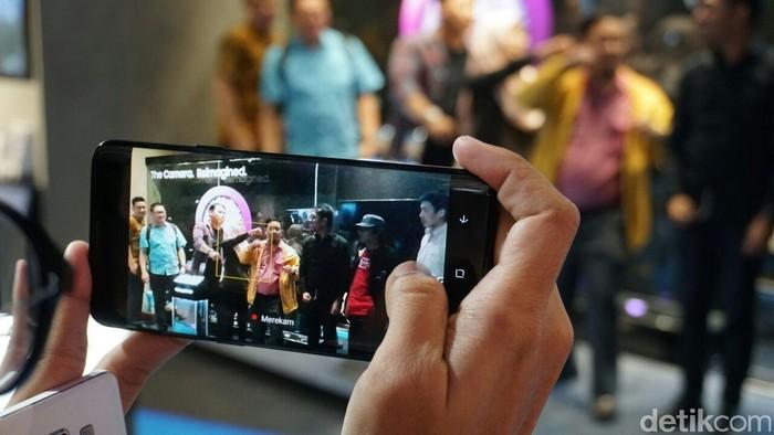 Memakai smartphone. Foto: detikINET/Achmad Rouzni Noor II