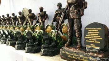 Darwo Raup Puluhan Juta Jualan Souvenir Militer