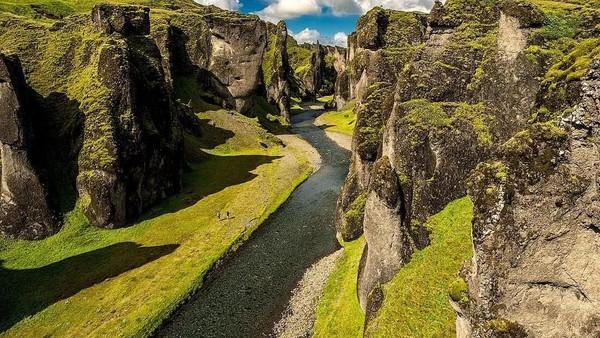 Lembah Fjadrargljufur memiliki kedalaman sekitar 100 meter dengan panjang 2 Km (mp.travel.pics/Instagram)