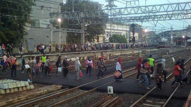 Situasi penyeberangan di Stasiun Duri pada pagi ini.