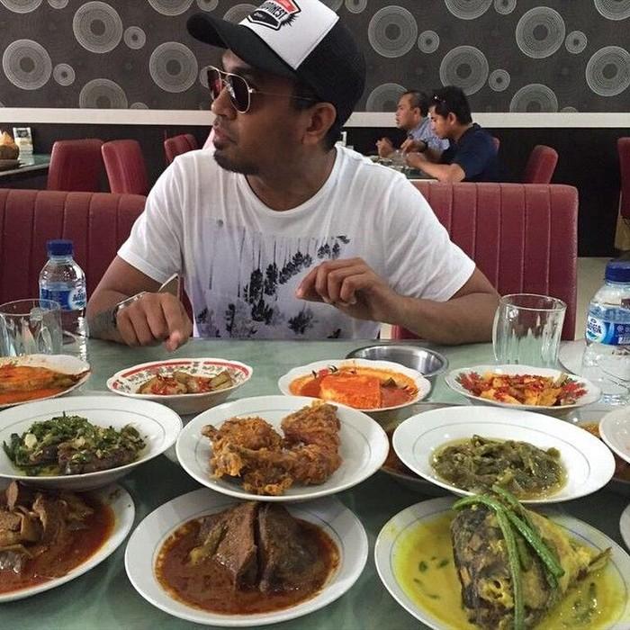 Penyanyi Glenn Fredly dikenal dengan lagu-lagu enak yang dibawakannya. Lihat nih salah satu posenya di depan banyak makanan saat di Pekanbaru. Foto: instagram @glennfredly309
