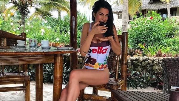 Fransesca terlihat menikmati liburannya di Zanzibar. Dia bersantai sambil makan kue-kue manis. (@fransescasofianovello/Instagram)