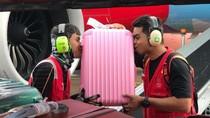 Minta Maaf, Petugas AirAsia Peluk & Cium Barang Penumpang