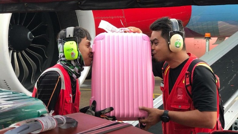 Petugas AirAsia cium barang penumpang (Mohm Amir Izzat/Facebook)