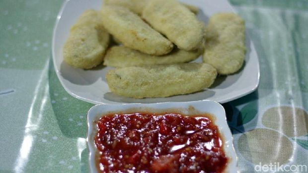 Pisang goreng dimakan dengan sambal (Fatoer/Istimewa)