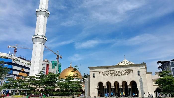 Sambut Ustaz Somad, Ratusan Orang Bersihkan Masjid Raya Bandung