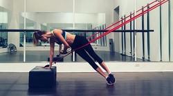 Model Victorias Secret Martha Hunt pernah jalani operasi skoliosis. Ia sempat takut berolahraga, namun kini ia malah menggemari yoga, pilates bahkan fitness.
