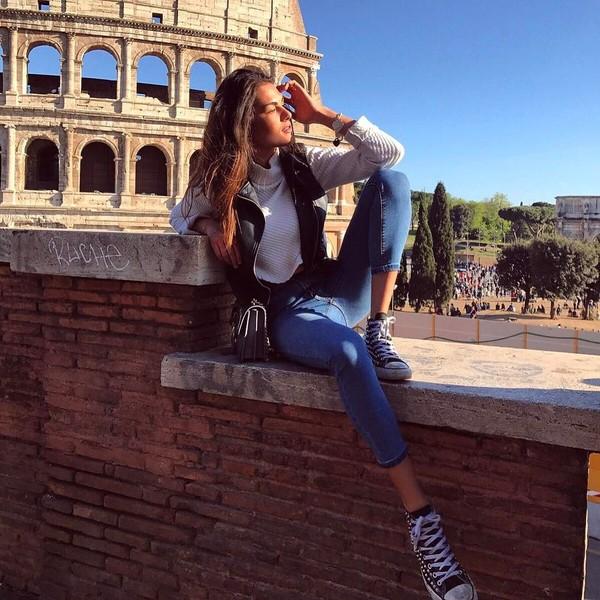 Sebagai gadis asli Italia, tak lengkap kalau tidak berfoto di depan Colosseum, Roma. (@fransescasofianovello/Instagram)