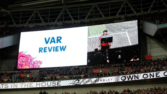 Wasit mengakses video VAR. Foto: Carl Recine/Action Images via Reuters
