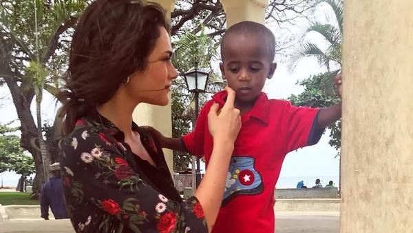 Di Tanzania, Fransesca tak lupa menyempatkan berinteraksi dengan penduduk setempat. Tampak jiwa keibuannya muncul saat bertemu anak kecil setempat. (@fransescasofianovello/Instagram)