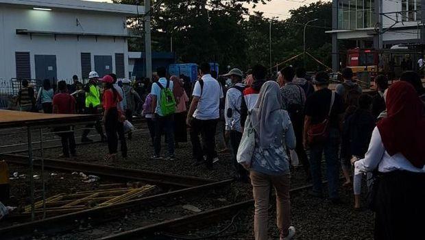 Situasi penyeberangan di Stasiun Duri pada pagi ini