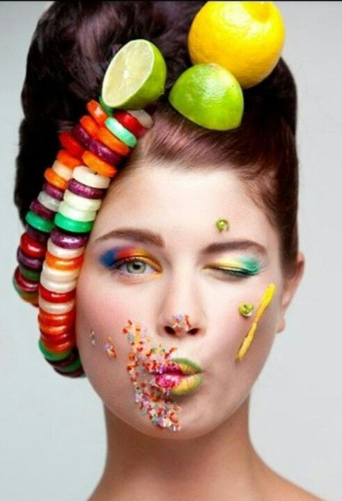 Foto yang ini tak kalah apik. Paduan antara seni make up dan tata rambut. Wajah model ini dirias dengan make up fantasi sementara rambutnya ditata dengan hiasan jeruk lemon dan jeruk nipis. Foto: Istimewa