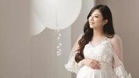 Pujian juga diberikan oleh netizen kepada Franda yang tampil anggun dan menawan dengan busana putih. (Dok. Instagram/frandaaa87)