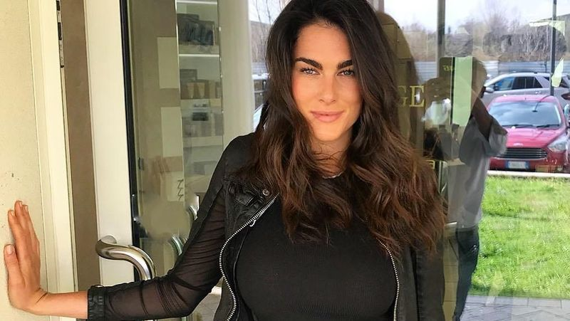 Kenalkan ini Fransesca Sofia Novello, pacar baru pebalap Moto GP Valentino Rossi. Fransesca adalah mantan gadis payung untuk ajang Moto 2 dan Moto 3. (@fransescasofianovello/Instagram)