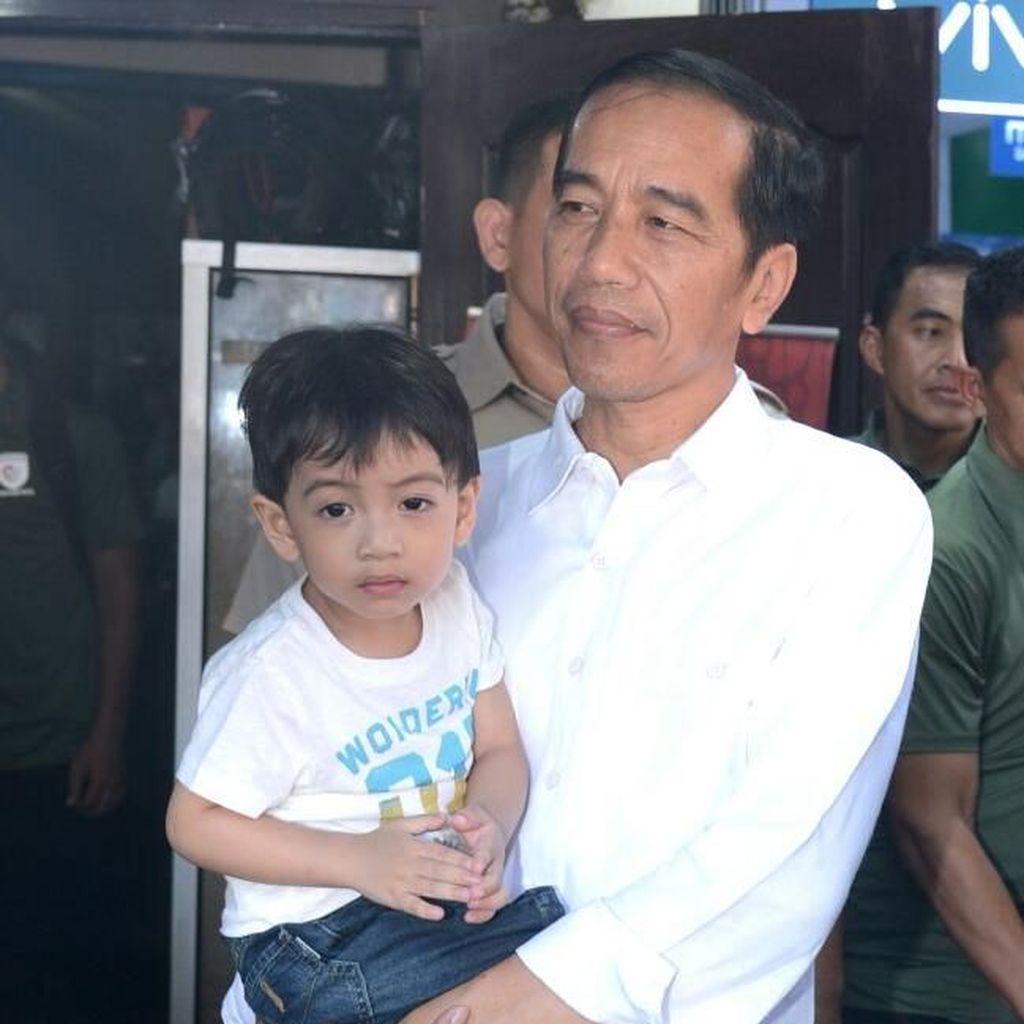 Jokowi Ajak Keluarga Jalan-jalan ke Transmart Bogor