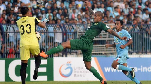 Striker Persebaya David Da Silva berada di bawah Ezechiel N'Douassek dakam daftar top skor Liga 1 2018.