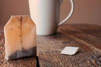 Cara menghilangkan mata panda dengan kantung teh.
