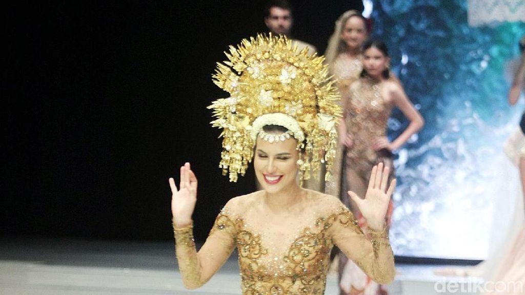 Cantiknya Sophia Latjuba Pakai Suntiang Bak Pengantin Minang