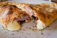 Calzone, Pizza Tutup Mirip Pastel yang Empuk Gurih