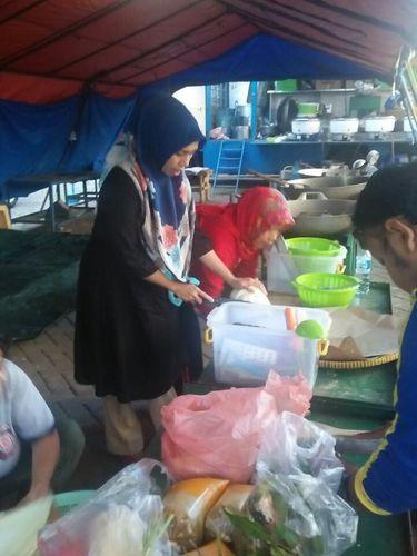 Warga ikut memasak di dapur umum untuk korban kebakaran Taman Kota