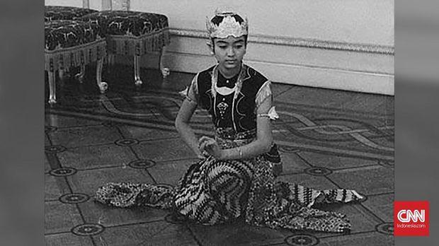Gusti Nurul menari Bedaya Srimpi di di Istana Noordeinde, Belanda, dalam pernikahan Putri Juliana dan Pangeran Bernhard.