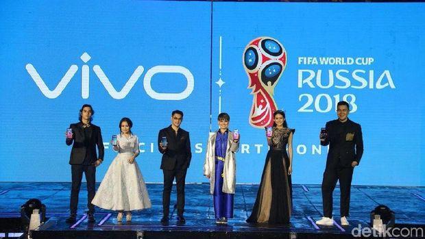 Seluruh brand ambassador Vivo menunjukkan ponsel V9 yang tengah diluncurkan