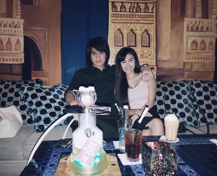 Menghabiskan malam dengan sang pacar, Kevin memilih nongkrong di restoran Timur Tengah sambil menikmati minuman dingin dan shisha. Foto: Instagran @kevinaprilio
