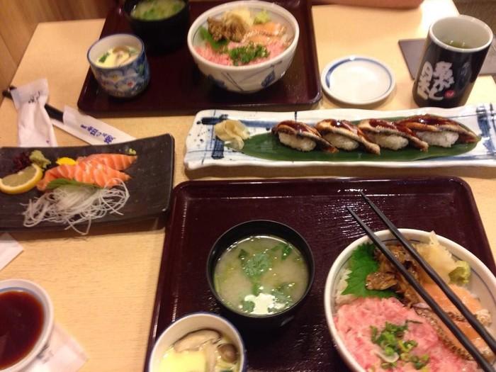 Juara bulutangkis All England ini ternyata doyan makanan Jepang. Sushi hingga ramen jadi menu makannya kala itu. Foto: Instagram @marcusfernaldig