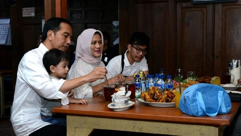 Sambil Momong Cucu, Jokowi Santap Ayam Goreng di Sukoharjo